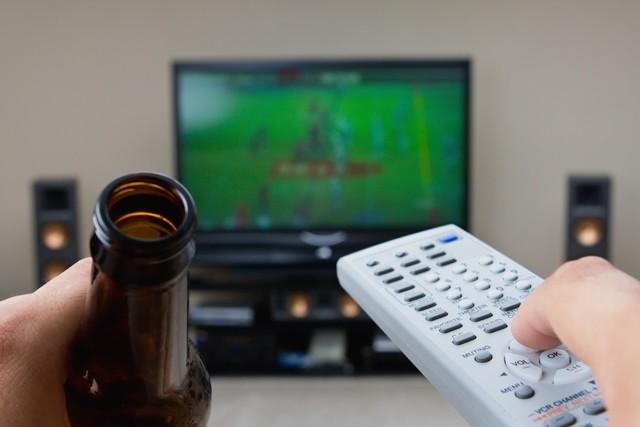 Muskarac pivo televizor