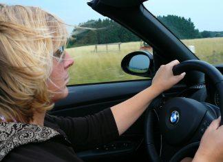 žena vozi