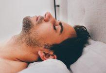 Muškarac spava