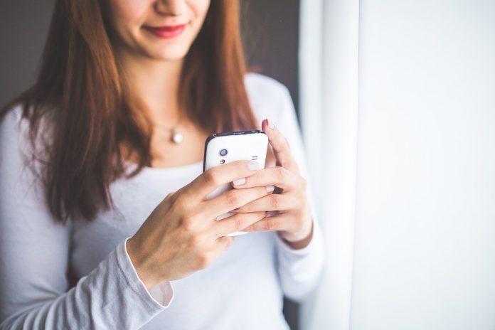 Devojka sa mobilnim telefonom