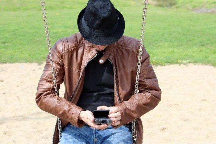 Muškarac sedi na ljuljašci