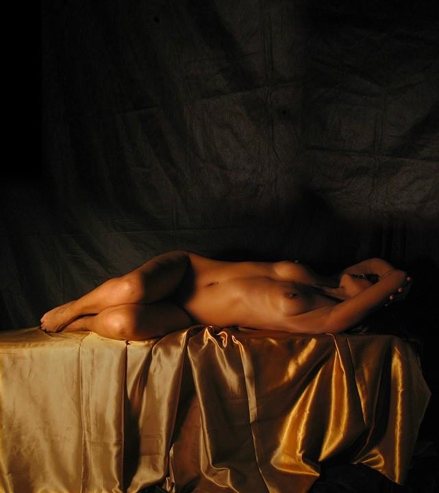 gola žena