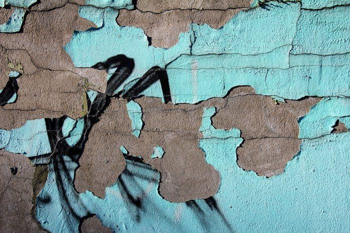 Zid sa oljuštenom farbom