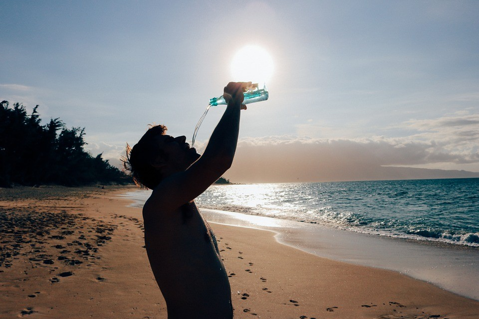 muškarac pije vodu