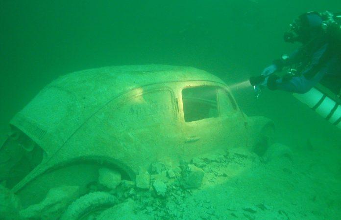 Automobil pod vodom